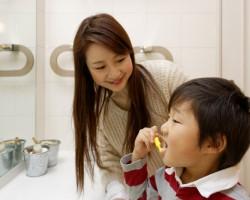 お子さんの仕上げみがきのコツ <br>乳歯が生えてきたら始めましょう