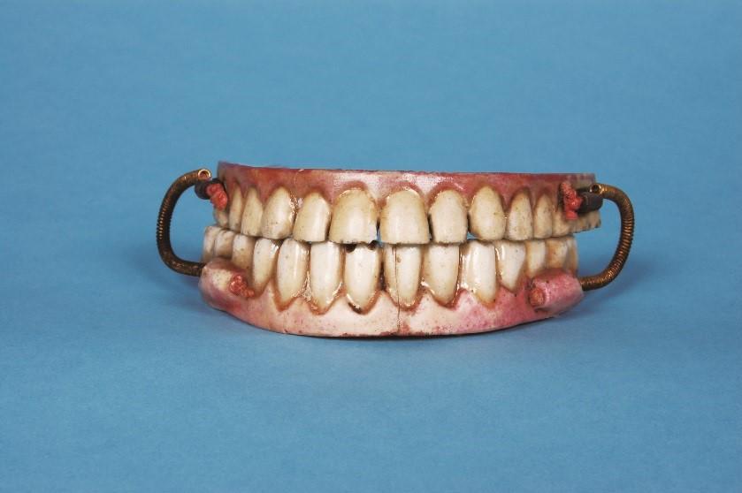 西洋の入れ歯の材料は?